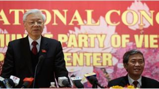 Tiến sĩ Đinh Thế Huynh (phải), Uỷ viên Bộ Chính trị, đang là Chủ tịch Hội đồng Lý luận Trung ương