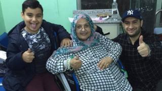 Arij Altai com seu filho Ali e o marido Ahmed, no Iraque
