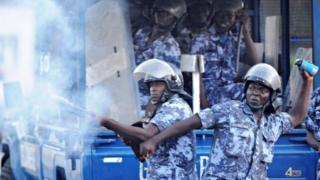 Des éléments des forces de l'ordre togolaises envoie des grenades lacrymogènes à des manifestants de l'opposition en 2014 (illustration).