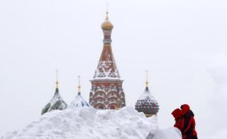 Awon eniyan rin ri ni Red Square, legbe St Basil Cathedral ni Moscow - 5-2-2018