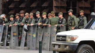 عناصر من الحرس الوطني أمام مكتب الادعاء العام