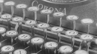 Un teclado en una máquina de escribir antigua