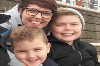 Salli Reeves, 39 oed, a'i meibion Shaldon Morgan-Reeves, 5, ac Ellian Chapman, 13