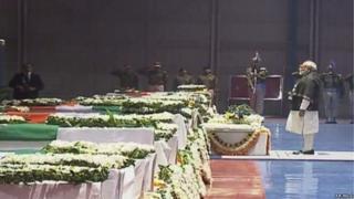 पुलवामा चरमपंथी हमले में मारे गए सीआरपीएफ़ जवानों को श्रद्धांजलि देते पीएम नरेंद्र मोदी
