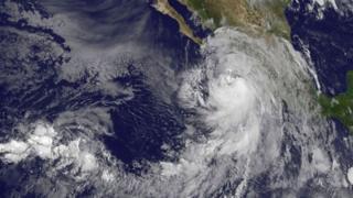 Imagen satelital del huracán Newton.