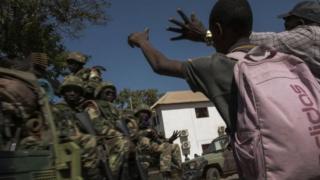 Des Gambiens saluent les soldats de la Cédéao de passage dans leur localité.