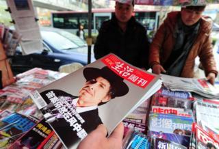 Revista con Bob Dylan en la portada en un puesto de prensa de Pekín.