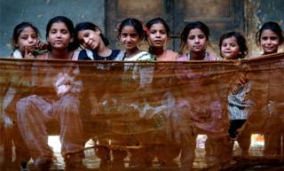 一些居住在印度难民营的儿童,摄于2002年