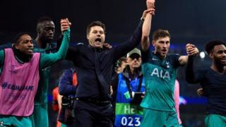 Mauricio Pochettino yishimira intsinzi hamwe n'abakinnyi n'abafana ba Tottenham nyuma y'ifirimbi ya nyuma ku kibuga Etihad cya Manchester City