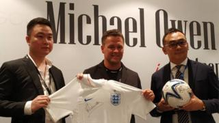 Cựu tiền đạo Michael Owen tại Việt Nam hôm 13/8/2018