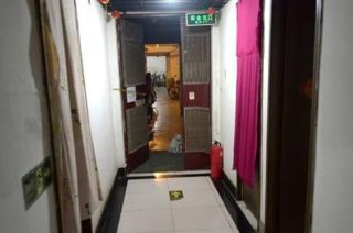 ชั้นใต้ดินของอาคารหลายแห่งในปักกิ่งถูกดัดแปลงเป็นที่พักอาศัยราคาถูก ภาพนี้ถ่ายไว้เมื่อปี 2014