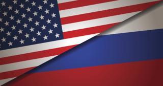 американский и российский флаги