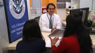 想取得美国公民身分的申请者须接受面试。
