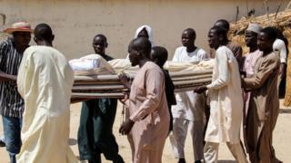 People carry deadi bodi
