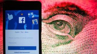 Екран телефону зі сторінкою Facebook та намальоване людське око
