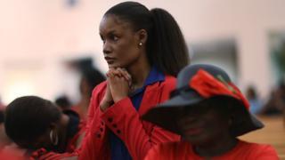 Una mujer haitiana reza en una iglesia de Miami.