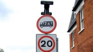 A road sign showing a lorry weight restriction