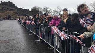 Перед замком собралась большая толпа