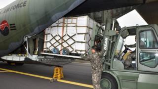 11일 제주공항에서 장병들이 북한에 보낼 제주산 감귤을 공군 C-130 수송기에 적재하고 있다