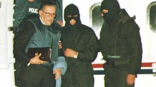 Luis García Meza es bajado de un avión
