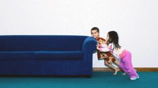 Những điều chỉnh nhỏ trong nhà và căn hộ, thí dụ như sắp xếp lại đồ đạc, có thể giúp bạn cảm nhận không gian của mình theo một cách hoàn toàn khác (và thậm chí có thể hạnh phúc hơn.