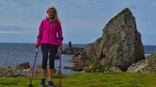 Nikki Bradley sufrió de una extraña forma de cáncer a los 16 años y ahora se dedica a escalar la altura de las montañas con la ayuda de sus muletas.