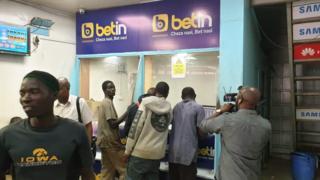 Vijana katika kituo cha kucheza kamari cha Betin jijini Nairobi, baadhi wanasema hawana ajira
