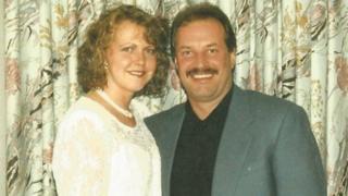 Debbie Brett con vestido de novia y Eddie Maher, en traje.