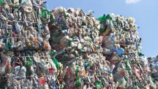 Пластиковые бутылки на перерабатывающем заводе