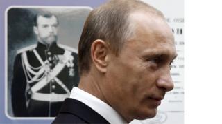 普京2008年在海參崴(符拉迪沃斯托克)參觀博物館時在沙皇肖像。