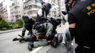 香港深水埗防暴警員拘捕一名懷疑示威者(11/8/2019)