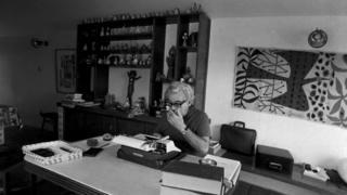 Jorge Amado em Salvador escrevendo em 1972