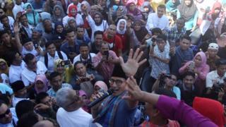 Calon Wakil Presiden Republik Indonesia no urut 02, Sandiaga Uno mengangkat tangannya (dua kiri ke kanan) saat berkunjung ke Pasar Raya Inpres II, Padang, Sumatera Barat, Jumat (19/18/2018).