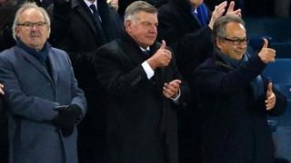 Sam Allardyce (a tsakiya) da mai kungiyar Everton Farhad Moshiri a Goodison Park