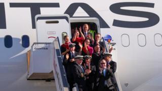 uçuş ekibi uçağın önünde
