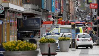 Caminhão invade loja no centro de Estocolmo