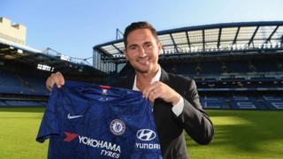 Lampard di aṣọ Chelsea kan mu