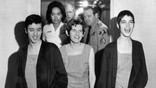 Susan Atkins (izqda), Patricia Krenwinkel y Leslie Van Houten,(derecha)