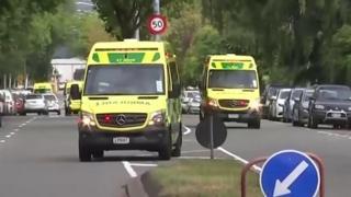 Ambulancias atienden la emergencia en Nueva Zelanda.