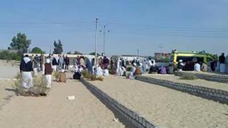 تجمع مردم بیرون مسجد