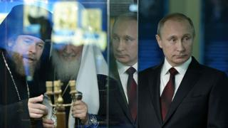 Tikhon Shevkunov (izq.) y Vladimir Putin