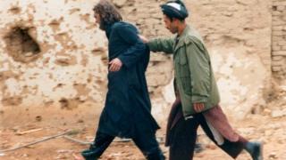 لیند په ۲۰۰۰ کال کې پاکستان او له هغه ځایه افغانستان ته تللی و او د طالبانو له لیکو سره یو ځای شوی و.