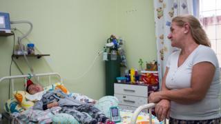 Solange Maria Pires ao lado da cama do filho Ronei