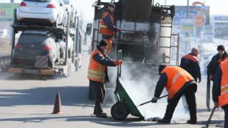 Гройсман раскритиковал дорожные службы за плохой ремонт