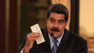 "Venezuela""s President Nicolas Maduro holds a bank note from the new Venezuelan currency Bolivar Soberano (Sovereign Bolivar), as he speaks during a meeting with ministers at Miraflores Palace in Caracas, Venezuela August 17, 2018."