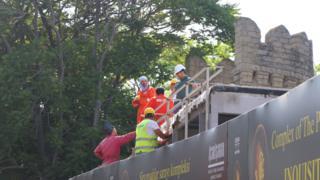 İnşaatçılar qala divarlarında işləyir