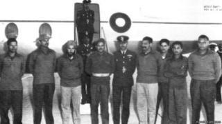 युद्धबंदी के तौर पर लौटने के बाद भारत के फ़्लाइट लेफ़्टिनेंट नंदा करियप्पा (बाएं से दूसरे) नज़र आ रहे हैं.