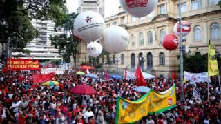 Simpatizantes de Lula reunidos na Praça da República, em São Paulo