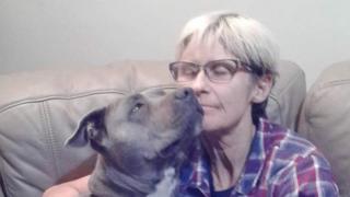 Tamra McBeath-Riley e sua cadela Raya
