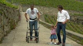 دیوید امزی در کنار پزشک معالج دکتر گریگوار و دخترش راه می رود